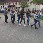 Maibaumstellen mit musikalischer Begleitung durch die Jugendkapelle